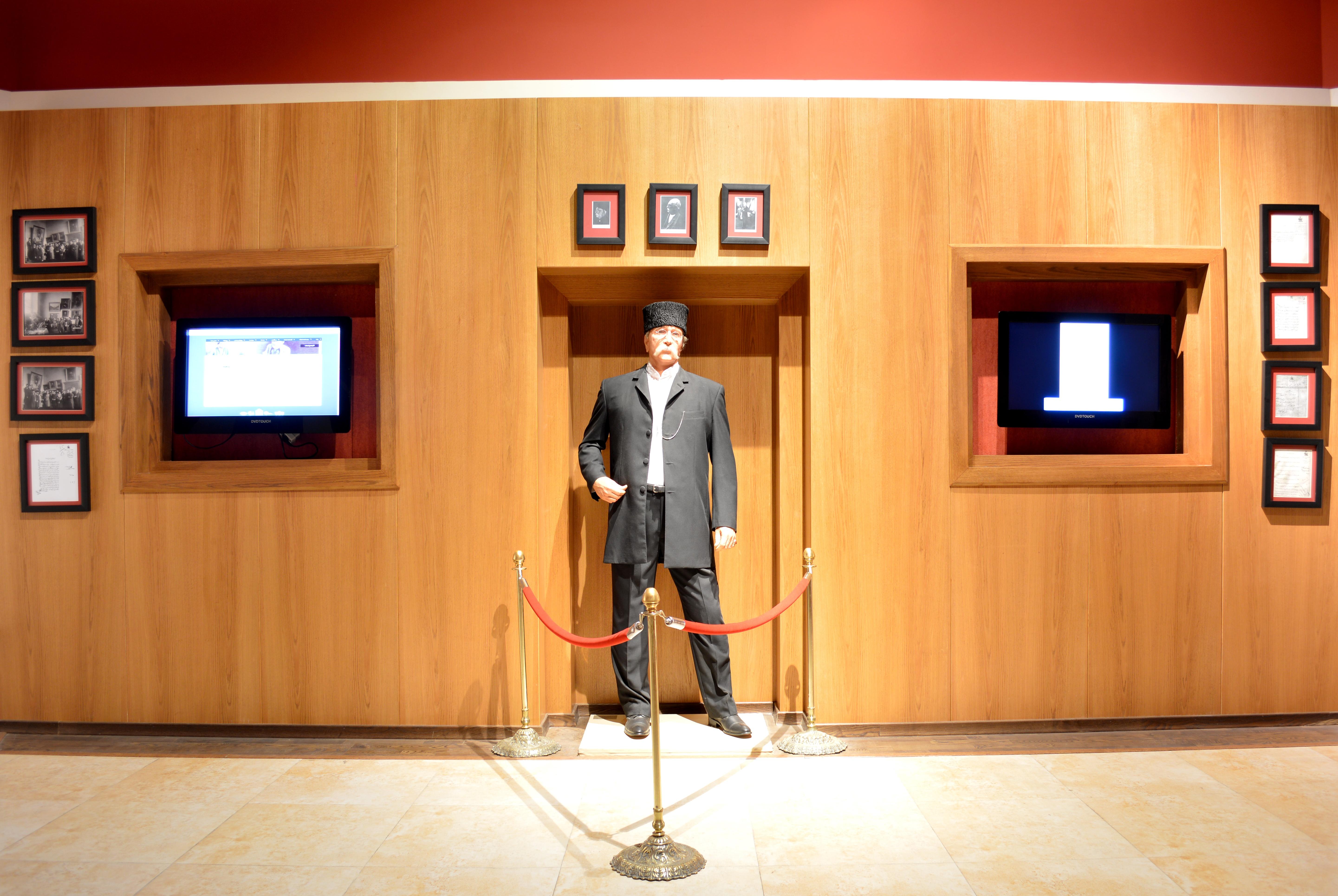 نمایشگاه دائمی آثار خاندان غفاری و کمال الملک (مجسمه کمال الملک)