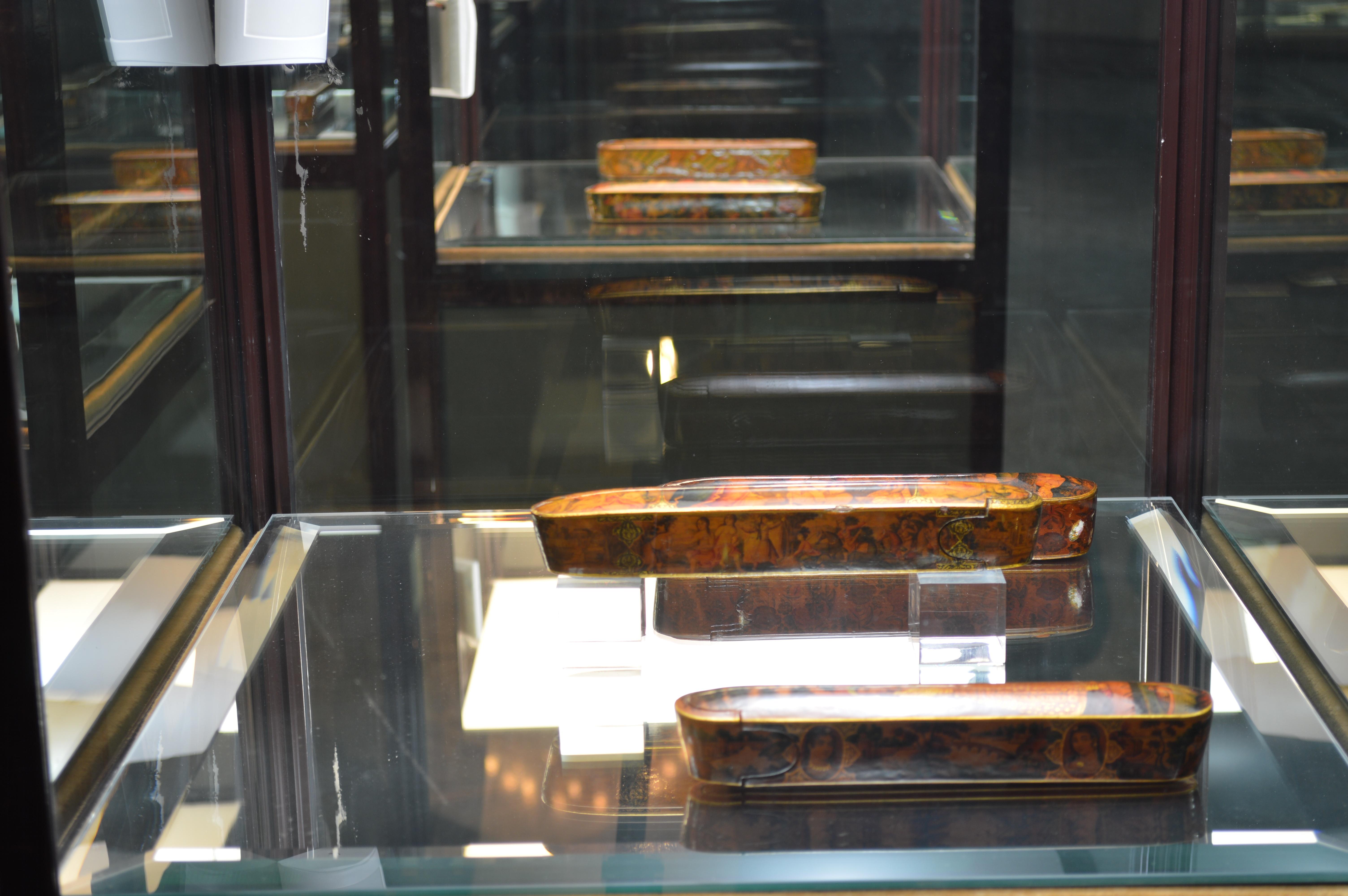 نمایشگاه دائمی آثار لاکی (قلمدان ها)