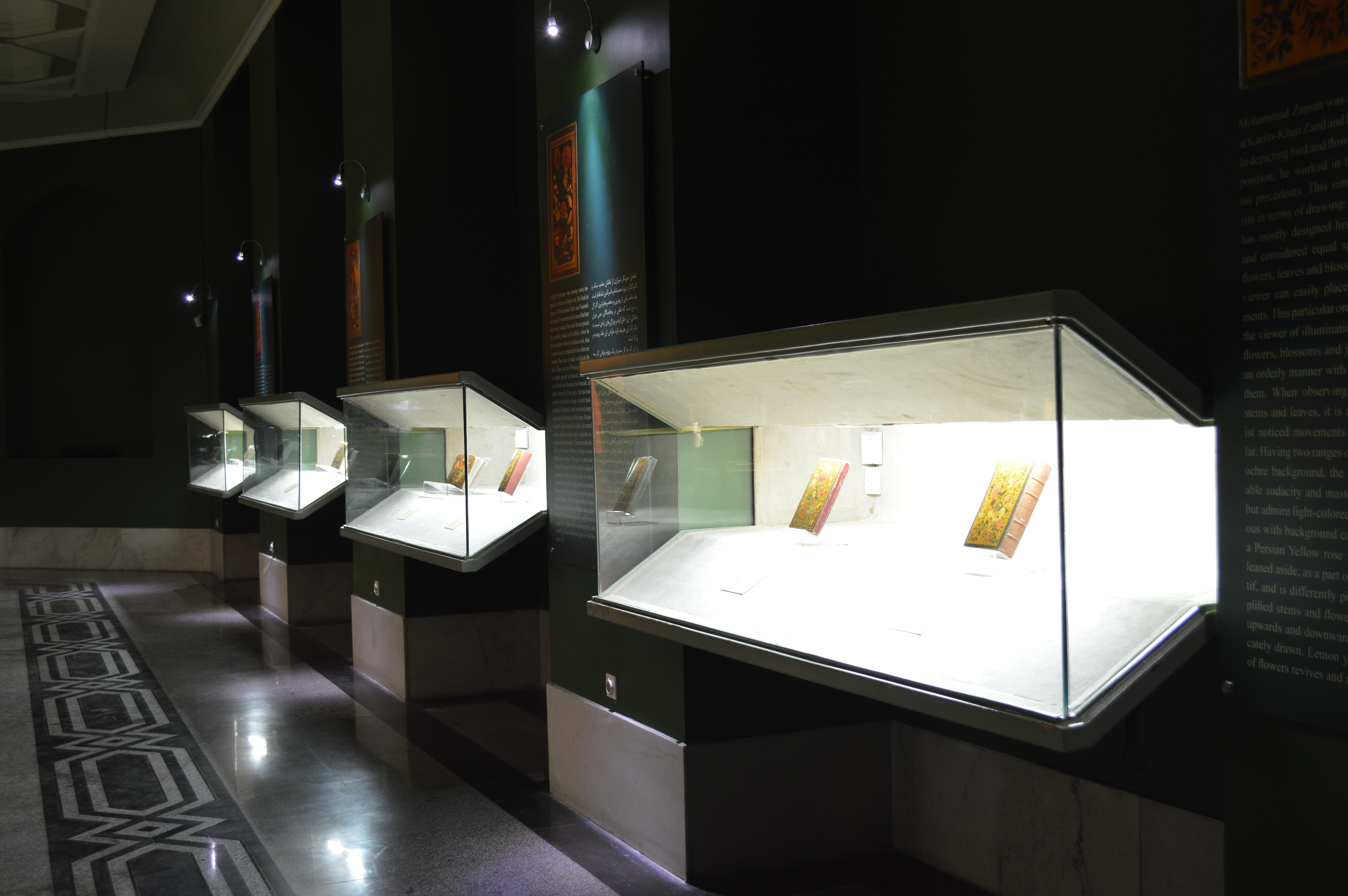 نمایشگاه دائمی آثار لاکی (جلد ها و قاب آیینه ها)