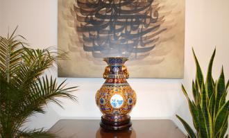 اهدای گلدان نفیس برنزی چین به کتابخانه و موزه ملی ملک