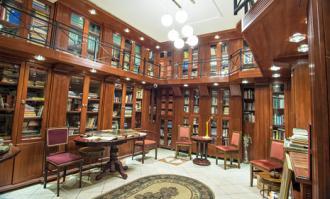 مدیر بنیاد وقفی کتابخانه و موزه لازیچ در کتابخانه و موزه ملی ملک سخنرانی میکند