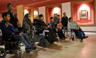 شماری از اعضای جامعه معلولین ایران از کتابخانه و موزه ملی ملک بازدید کردند