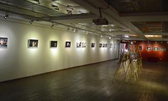 دعوت به بازدید از نمایشگاه عکس تئاتر مهاجران در کتابخانه و موزه ملی ملک